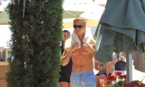 Justin Bieber và Selena Gomez hẹn hò tại bể bơi