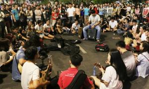 Khu biểu diễn không thu tiền xôm tụ giữa phố đi bộ Nguyễn Huệ
