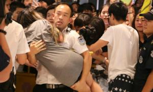 Fan Trung Quốc tơi tả, ngất xỉu vì chen nhau ngắm Lee Hong Ki