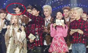Tae Yeon được đàn em bảo vệ trên sân khấu