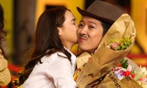 Nhã Phương công khai ôm hôn Trường Giang