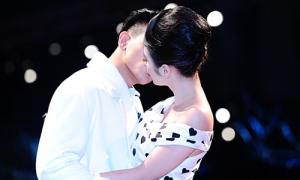 Phương Trinh hôn 'chàng thơ' của Đỗ Mạnh Cường trên sàn catwalk
