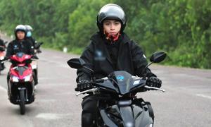 Gil Lê phượt xuyên Việt với Hòa Minzy bằng xe máy