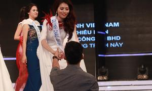Quỳnh Châu nắm vội tay bạn trai trên sân khấu Hoa khôi Áo dài