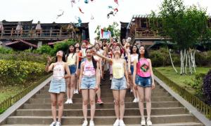 Dàn nữ sinh mặc yếm, ném áo ngực để tuyên truyền gây tranh cãi