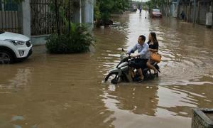 Hà Nội 'biến hình' thành sông sau ngày mưa lớn, dai dẳng
