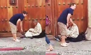 Du khách cởi giày tặng người vô gia cư rồi đi chân đất