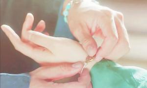 Kim Yoo Jung khiến fan xuýt xoa vì bàn tay quá đẹp trong 'Mây họa ánh trăng'