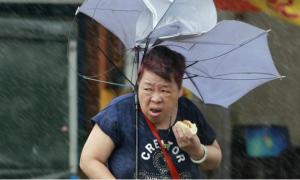 Người phụ nữ tức giận vì bị lan truyền ảnh ăn bánh bao trong mưa bão