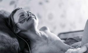 Bức ảnh cô bé Anh vật lộn với ung thư lay động thế giới