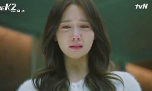 The K2: Yoon Ah quỳ gối trước mẹ kế, hôn tiễn biệt người yêu