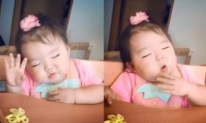 Cô bé vừa nhai bánh vừa ngủ gật hút 36 triệu lượt xem