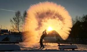 Nga lạnh âm 30 độ C, nước sôi hắt đi đóng băng ngay lập tức