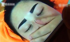 Những cô gái hối hận phát khóc sau khi xăm lông mày