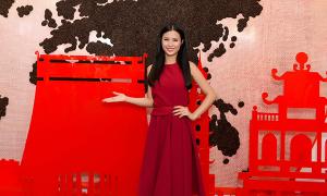 Đông Nhi diện váy đỏ rực rỡ đi sự kiện