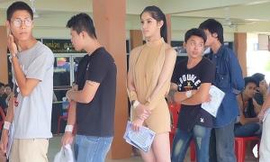 Hoa hậu chuyển giới Thái Lan đi khám nghĩa vụ quân sự