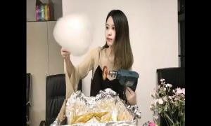 'Thánh ăn công sở' làm kẹo bông bằng máy khoan