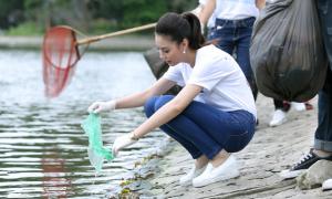 Hoa hậu Biển mặc giản dị, vui vẻ đi dọn rác