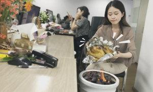 'Thánh ăn công sở' trổ tài nướng gà đắp đất bằng chậu hoa