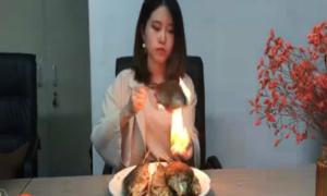 'Thánh nữ công sở' nướng cá trên tay bốc lửa gây choáng