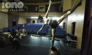 Nữ sinh trường múa luyện tập như xiếc