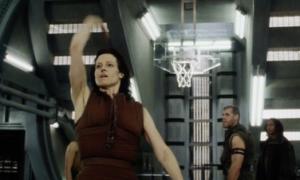 Pha ném bóng rổ 'như đùa' được quay thật trong 'Alien'