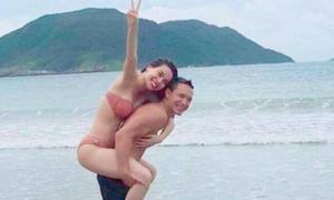 Ảnh Hà Hồ - Kim Lý cõng nhau ở biển gây bão