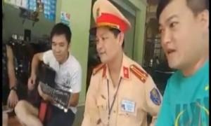 Cảnh sát Nghệ An song ca cùng người vi phạm giao thông trong khi chờ lập biên bản