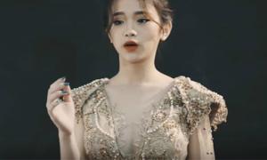 Linh Ka mặc gợi cảm khoe 'mặt học sinh, người phụ huynh'