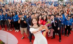 Phạm Hương nhảy flashmob cùng hàng trăm sinh viên