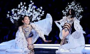 Thiên thần Trung Quốc ngã khuỵu gối trên sàn diễn Victoria's Secret 2017