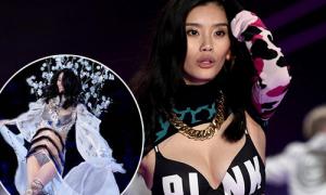Khả năng catwalk điệu nghệ của Ming Xi trước khi 'vồ ếch' ở Victoria's Secret show
