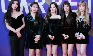 Irene ga lăng giúp các thành viên Red Velvet xuống xe an toàn