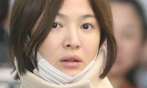 Song Hye Kyo lộ mặt mộc mệt mỏi, môi nứt nẻ ở sân bay