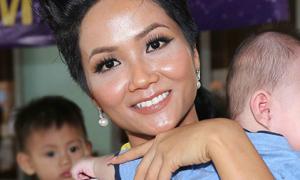 Hoa hậu H'Hen Niê trang điểm da loang lổ sau đăng quang