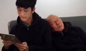 HLV Park Hang Seo tựa vai học trò ngủ gật như bố con