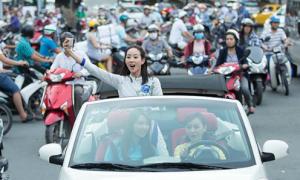 Mỹ nhân 'Võ Mị Nương truyền kỳ' ngồi xe mui trần thăm Sài Gòn