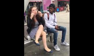 Cặp đôi 'chơi lầy' giật kính mắt thử phản ứng người đi đường