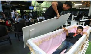Giới trẻ Thái Lan 'phát sốt' với quán cà phê phong cách tang lễ