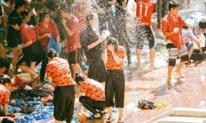 Teen Kon Tum 'đại chiến bóng nước' vui nổ trời