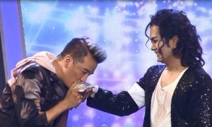 Đàm Vĩnh Hưng cúi đầu ngưỡng mộ khi Hùng Thuận nhái Michael Jackson