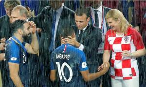 Các nguyên thủ ướt sũng dầm mình dưới mưa trao giải World Cup