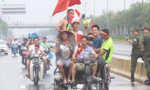 'Đi bão là phải sáng tạo' hay 1001 cách đón đội của CĐV Việt Nam