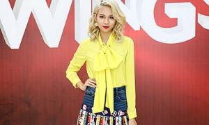 Phí Phương Anh nổi bật với váy tụt, áo màu chóe