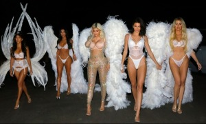 Chị em Kardashian hóa thiên thần Victoria's Secret