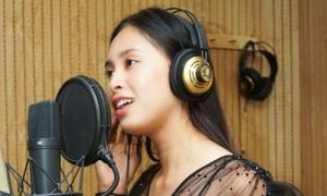 Trần Tiểu Vy khoe giọng khi cover 'Lạc trôi' của Sơn Tùng
