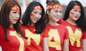 Girl xinh đổ bộ Mỹ Đình để cổ vũ tuyển Việt Nam trước giờ G