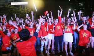 Dàn sao Việt hừng hực cổ vũ tuyển Việt Nam trên phố Nguyễn Huệ
