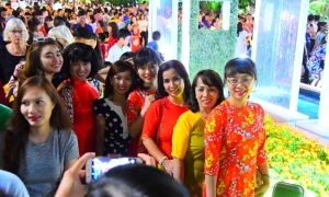 Đường hoa Nguyễn Huệ đặc người pose hình trong ngày đầu mở cửa