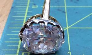 Nhẫn 'bèo' vứt xó 33 năm hóa ra là kim cương hàng chục tỷ đồng